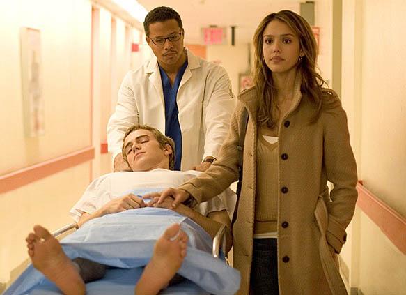 รีวิวหนัง Awake (2007) นางเอกกำลังพาพระเอกเข้าห้องผ่าตัด