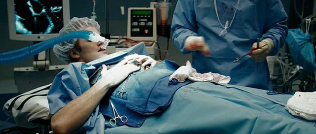 พระเอกAwake ขณะผ่าตัดในเรื่อง